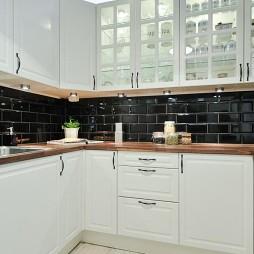 2017现代风格U型小面积8平米家居厨房橱柜黑色墙壁装修效果图欣赏