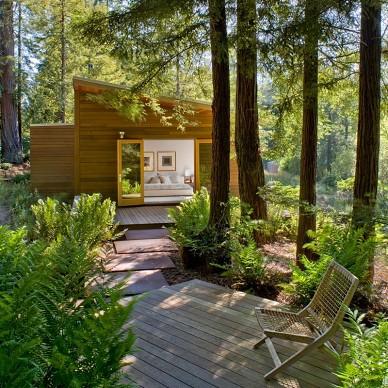 密林中的现代别墅室外过道装修效果图