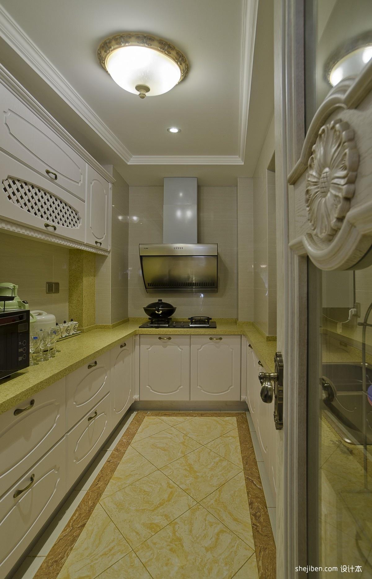 娱乐资讯_2013欧式风格U型封闭式4平米小面积家庭白色橱柜厨房吊顶装修
