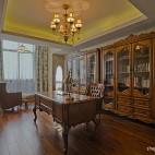 2013美式风格别墅豪华书房吊顶书柜吊灯书桌椅子窗帘装修效果图