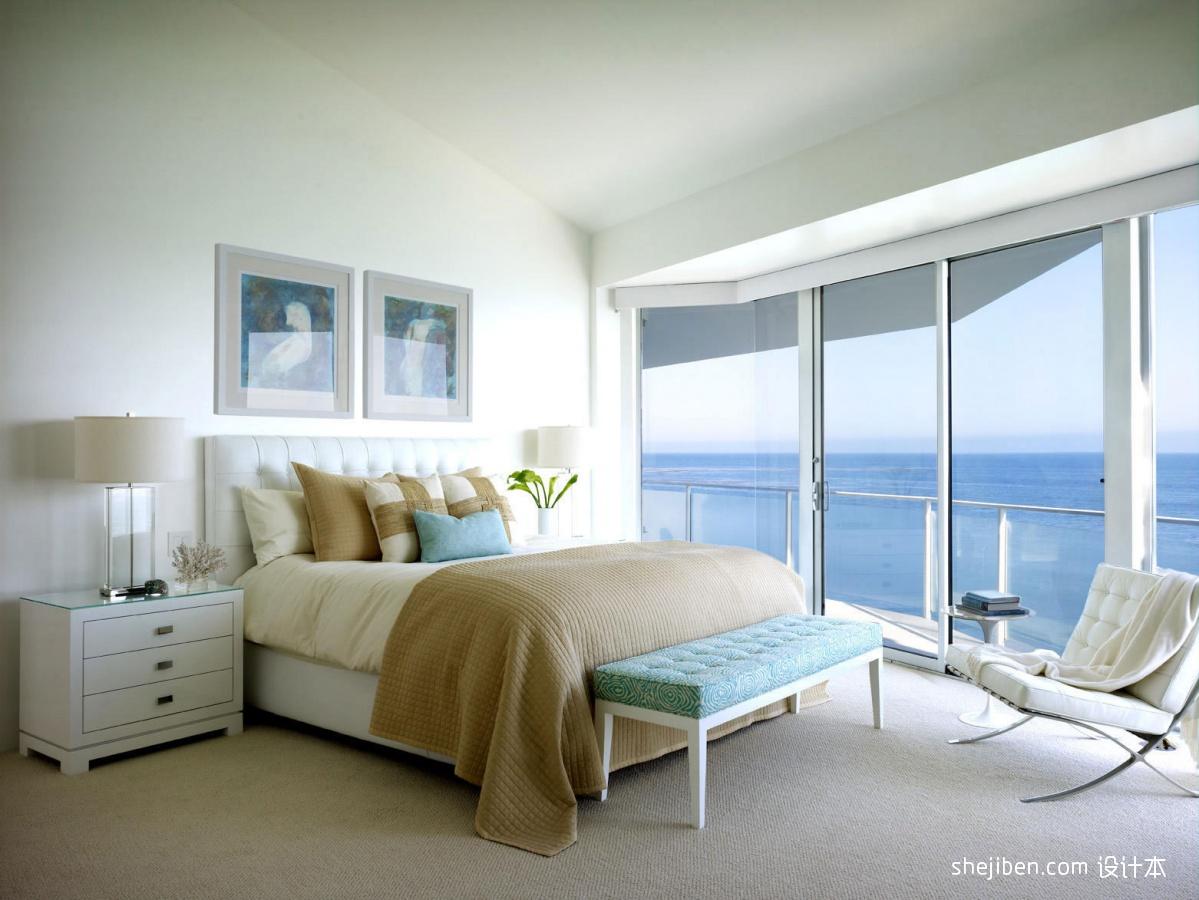Stunning California Beach House Inspired By The Horizon: 现代风格小清新家居卧室床落地窗装修效果图