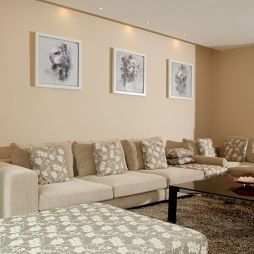 复式米色调客厅不吊顶沙发挂画背景墙装修效果图