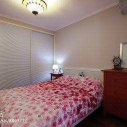 鼎盛花园现代美式卧室推拉门衣柜装修效果图