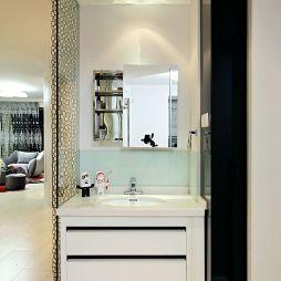 现代卫生间玻璃隔断墙装修效果图