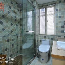 美式小卫生间玻璃隔断设计