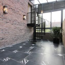 别墅阳台铁艺楼梯