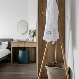 灰色系混搭卧室挂衣架设计