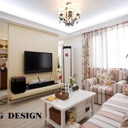 80平米新房美式田园室内错层客厅电视隔断墙装修效果图